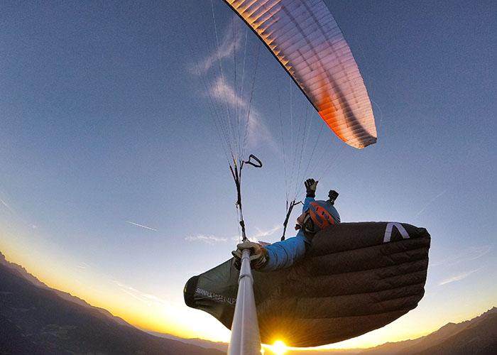 Paragliden im Sonnenuntergang